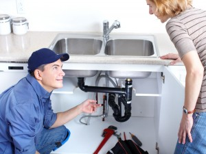Plumber-talking-to-customer